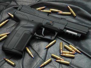 ¿Por qué es importante guardar correctamente un arma de fuego?