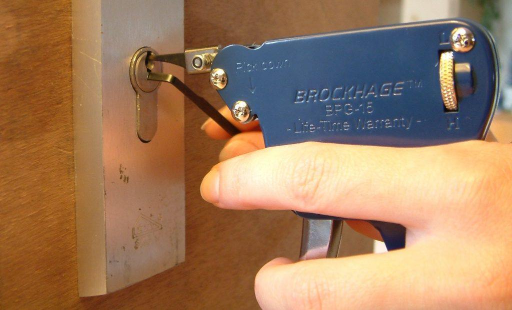 ¿Cómo se pueden evitar los atascos en las cerraduras?
